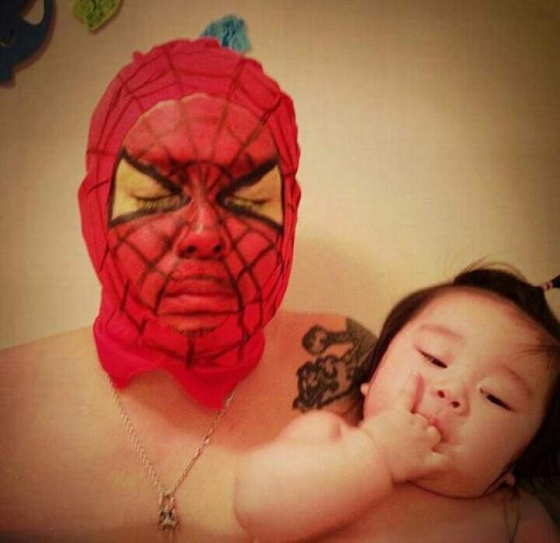 Dieser Lustige Vater Kombiniert Kostümpartys Mit Baden Zusammen Mit ...